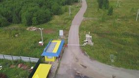 Odgórny widok punkt kontrolny klamerka Ciężarówka przy czeka punktem czekać na inspekcję deportowani towary Punkt kontrolny w les zbiory