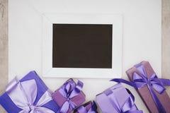 odgórny widok pusty chalkboard z różnorodnymi prezentów pudełkami Zdjęcia Stock