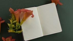 Odgórny widok pusty notepaper z świeżym okwitnięciem kwitnie zbiory