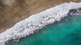 Odgórny widok pustynna plaża na Atlantyckim oceanie Wybrze?e wyspa Tenerife Powietrzny trutnia materiał filmowy denne fale zdjęcie wideo