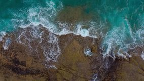 Odgórny widok pustynna plaża na Atlantyckim oceanie Wybrze?e wyspa Tenerife Powietrzny trutnia materiał filmowy denne fale zbiory wideo