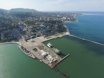 Odgórny widok quay Novorossiysk i marina miejski krajobrazu Fotografia Royalty Free