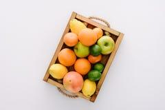 odgórny widok różnorodne dojrzałe owoc w drewnianym pudełku obraz royalty free