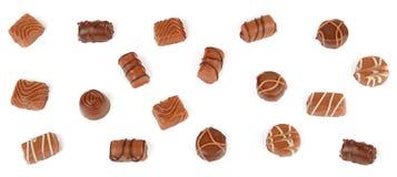 Odgórny widok różnorodni czekoladowi pralines odizolowywający na białym backgro obrazy stock