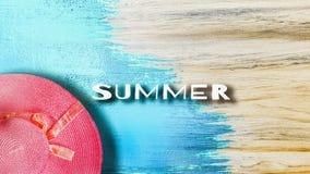 Odgórny widok Różowy rocznika kapelusz, mieszkanie nieatutowej farby jaskrawy błękitny drewniany stołowy tło dla lato podróży z k obrazy royalty free