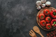 Odgórny widok różni surowi warzywa dla pizzy polewy Obraz Stock