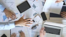 Odgórny widok ręki ludzie biznesu świętuje osiągnięcie Grupa pracodawcy brogować ręki wpólnie jeden po drugim wewnątrz zbiory
