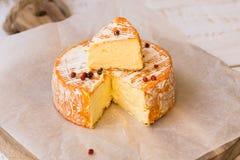 Odgórny widok rżnięty plasterek Francuski lub Niemiecki miękki ser z pomarańczową skórką z foremką, śmietankowa tekstura, czerwon Obraz Royalty Free