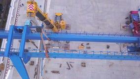 Odgórny widok remontowy kętnara żuraw klamerka Zgromadzenie żuraw na budowie zbiory wideo