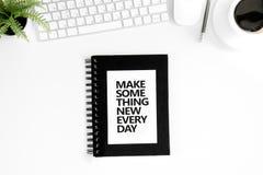 Odgórny widok robi coś nowej codziennej motywacyjnej wycena, komputerowej myszy i klawiatury, Fotografia Royalty Free