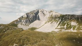Odgórny widok rockowa erozja zapas Panoramiczny widok ciężko wygryziona i textured biel skała Zielona pokrywa skalista powierzchn zbiory wideo