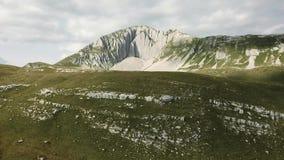 Odgórny widok rockowa erozja zapas Panoramiczny widok ciężko wygryziona i textured biel skała Zielona pokrywa skalista powierzchn zbiory