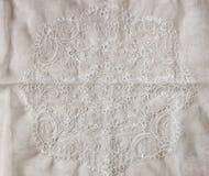 Odgórny widok rocznik ręcznie robiony piękna koronkowa tkanina nad drewnianym stołem Fotografia Stock