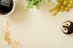 Odgórny widok rocznik z czarną kawą, owsem, sową, drzewem, ribbinbow i kotwicą, zdjęcie stock
