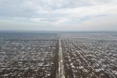 Odgórny widok rolniczy pola zakrywający z śniegiem Zdjęcia Royalty Free