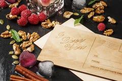 Odgórny widok romantyczna pocztówka Śliczna karta, lodowi serca, różowe jagody i orzechy włoscy na ciemnym tle, Walentynka dnia k Obraz Royalty Free