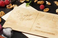 Odgórny widok romantyczna pocztówka Śliczna karta, lodowi serca, różowe jagody i orzechy włoscy na ciemnym tle, Walentynki ` s Obrazy Royalty Free