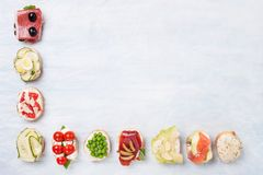 Odgórny widok rozmaitość zdrowe kanapki na pergaminowego papieru dowcipie zdjęcie stock