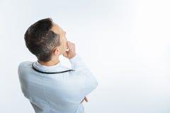 Odgórny widok rozważny medycznego pracownika główkowanie Obrazy Royalty Free