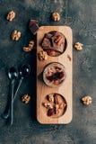odgórny widok słodcy wyśmienicie czekoladowi desery z dokrętkami fotografia royalty free