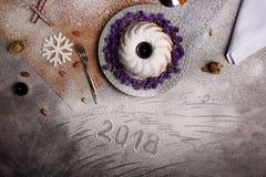 Odgórny widok słodki kulebiak z lodowaceniem i kwiatami na świetle - szary tło Tradycyjny Bożenarodzeniowy jedzenie na biurku zdjęcia stock