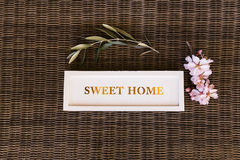 Odgórny widok słodki domu znak z kwiatami lifestyle Zdjęcie Royalty Free