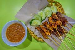 Odgórny widok satay z wyśmienicie arachidowym kumberlandem malezyjski kurczak, jeden sławni lokalni naczynia w Singapur Obrazy Royalty Free