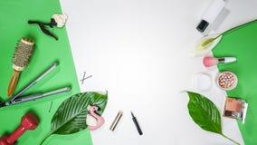 Odgórny widok skakać lato walentynki dnia 8 Marzec stroju partyjnego układu akcesoriów żeńscy kosmetyki liście i menchia flaming  zdjęcia royalty free
