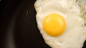 ODGÓRNY widok: Smażący jajka na niecce Zdjęcia Royalty Free