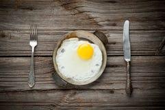 Odgórny widok smażący jajko na drewnianym Fotografia Stock