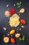 Odgórny widok smakowity świeży żółty cienkiego plasterka parm ser, cuted groch Obrazy Royalty Free