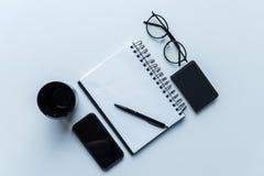 odgórny widok smartphone i filiżanka z otwartym notatnikiem obraz stock