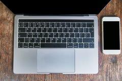 Odgórny widok smartphone i laptop zdjęcie stock