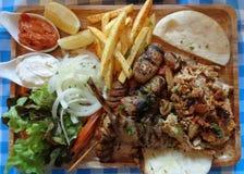 Odgórny widok Souvlaki półmisek, jeden popularni grków naczynia Fotografia Stock
