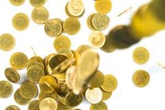 Odgórny widok Spada złocistych monet pieniądze odizolowywający na białym backg Obraz Royalty Free