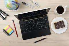 Odgórny widok `` spisuje `` laptop, notatniki, władca, ołówek, pióro filiżanki drewniany biurowy biurko fotografia royalty free