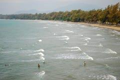 Odgórny widok społeczeństwo plaża Małe postacie ludzie w morzu s Fotografia Stock