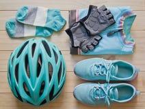 Odgórny widok sporta wyposażenie w pastelowym colour na drewnianym tle Zdjęcie Royalty Free