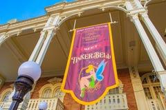 Odgórny widok spotkanie Tinkerbell podpisuje wewnątrz Magicznego królestwo przy Walt Disney World zdjęcie stock