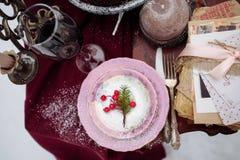 Odgórny widok stół z strachem i ciastko koszy świeczkami, dwa krzesła zakrywał białego futerko na tle Pinkin w zimie Zdjęcia Royalty Free