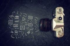 Odgórny widok stara kamera nad blackboard i infographics nakreśleniami Zdjęcia Royalty Free