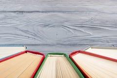 Odgórny widok stary używać kolorowy hardback rezerwuje tylna szkoły Zdjęcia Royalty Free