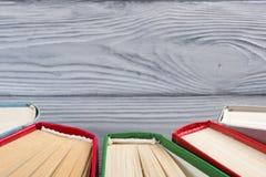 Odgórny widok stary używać kolorowy hardback rezerwuje tylna szkoły Zdjęcie Stock