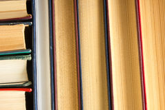 Odgórny widok stary używać kolorowy hardback rezerwuje tylna szkoły Obraz Stock