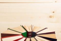 Odgórny widok stary używać kolorowy hardback rezerwuje tylna szkoły Zdjęcia Stock