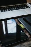 Odgórny widok stołowy projektant grafik komputerowych miejsce pracy Zdjęcia Stock