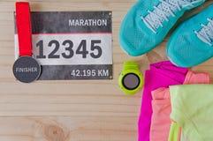 Odgórny widok strój dla biegacza na drewnianym tle Fotografia Stock