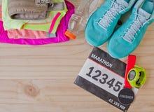 Odgórny widok strój dla biegacza na drewnianym tle Zdjęcia Stock