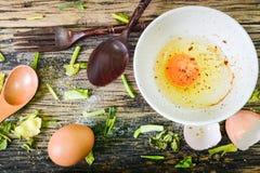 Odgórny widok, Surowi jajka w pucharze na drewnianym stole Zdjęcie Royalty Free