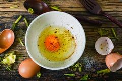 Odgórny widok, Surowi jajka w pucharze na drewnianym stole Zdjęcie Stock